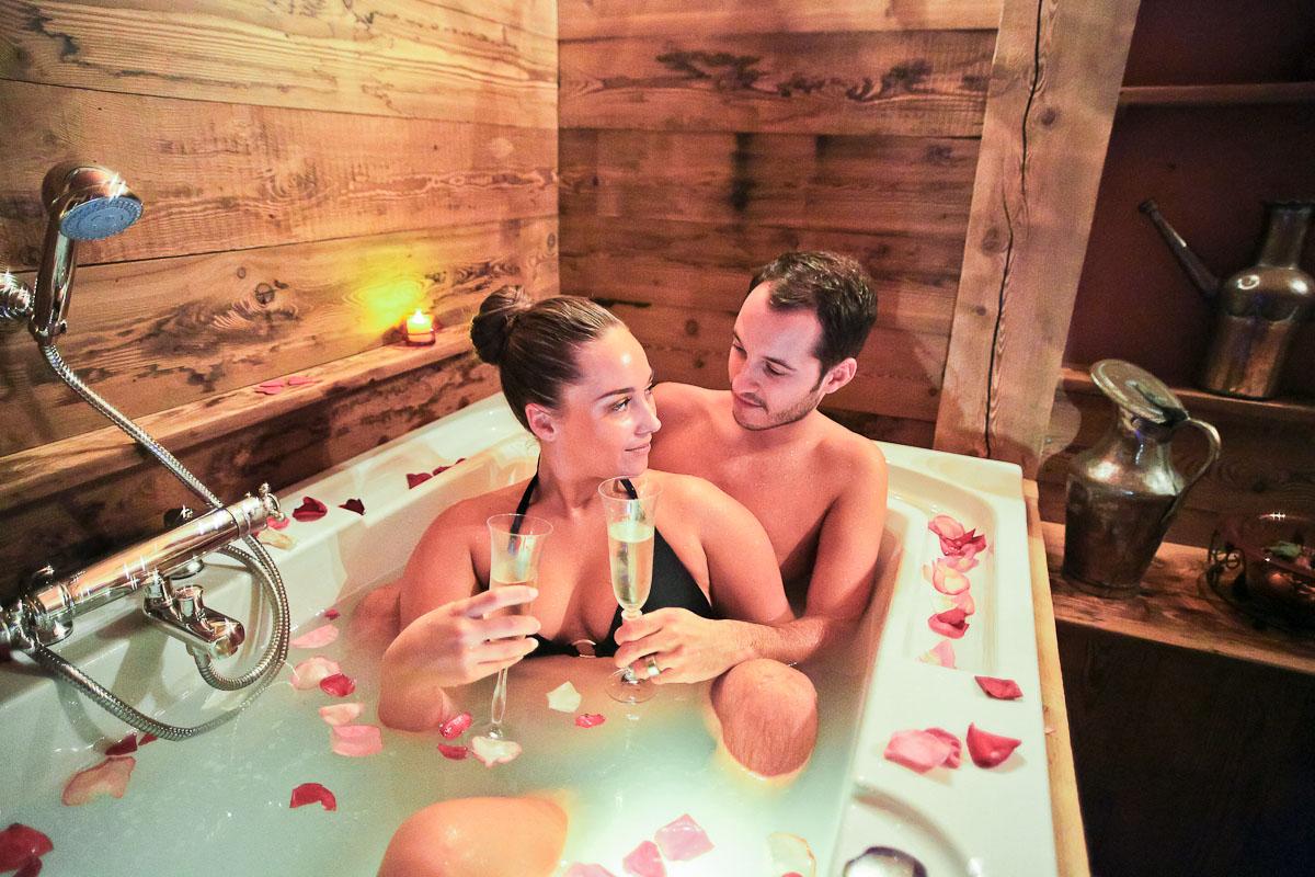 Deux indiennes se chauffe dans la baignoire